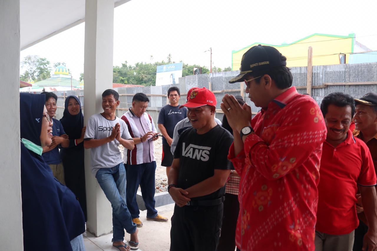 Bupati Herwin Yatim memberi contoh kepada masyarakat, agar membatasi interaksi kontak. Saat peninjauan pasar rakyat modern di Kecamatan Pagimana, Sabtu (14/03/2020). FOTO: ISTIMEWA